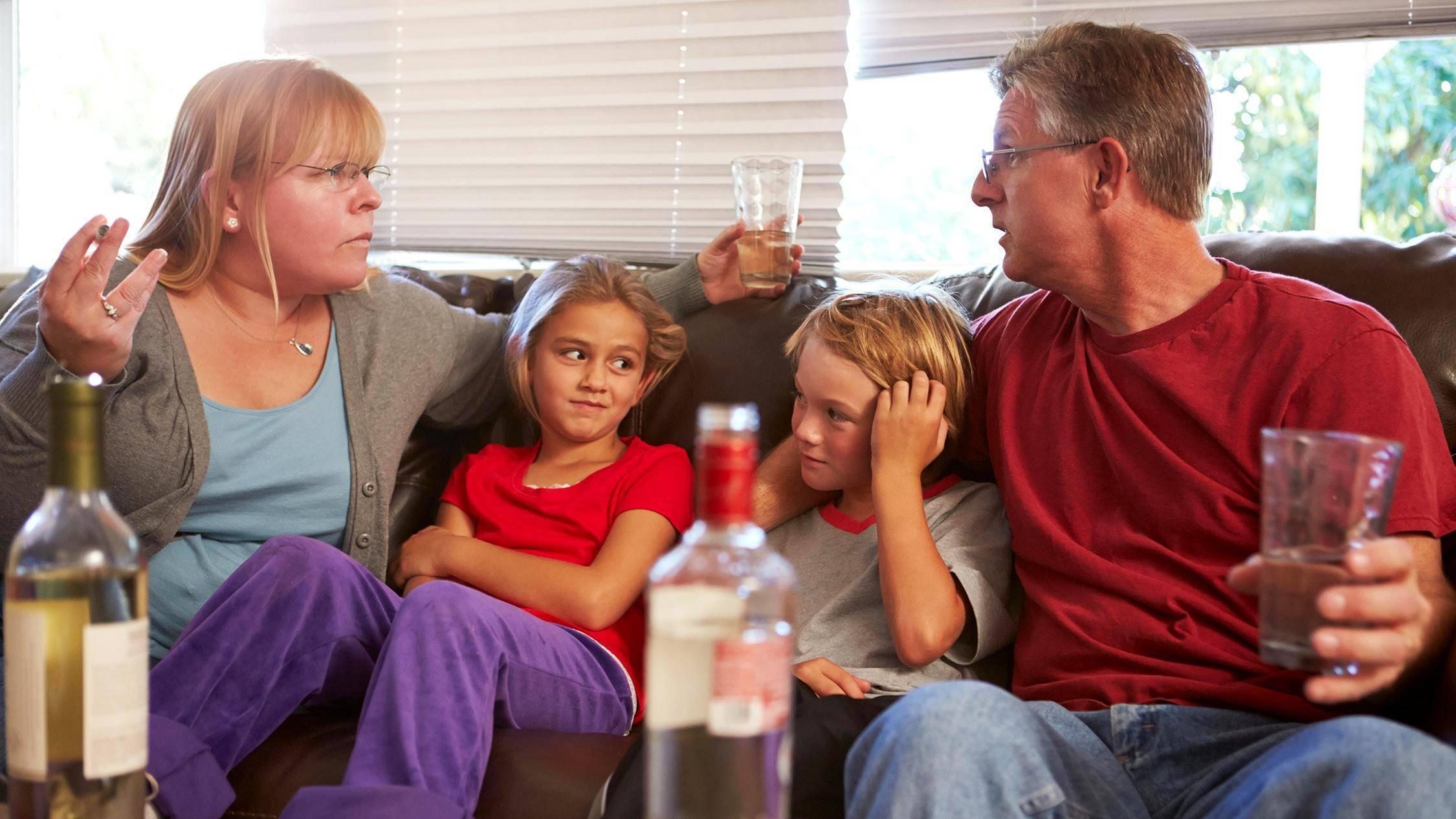 Пющая мать: что делать и как помочь