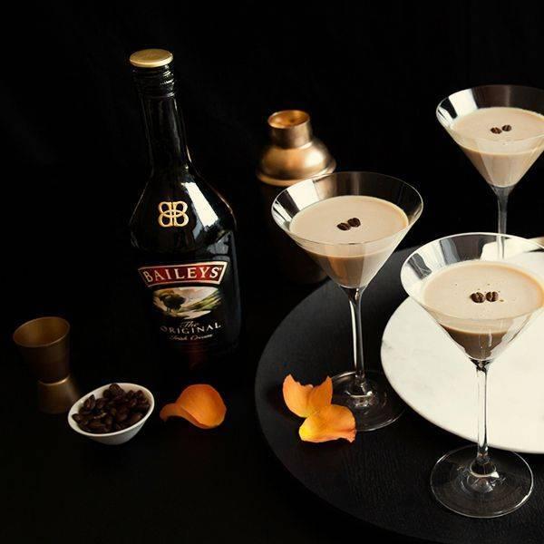 С чем пьют ликер бейлиз, чем разбавляют? кофе, коктейли с ликером бейлиз: лучшие рецепты. что подают к ликеру бейлиз, какую закуску, какие бокалы нужны для ликера бейлиз?