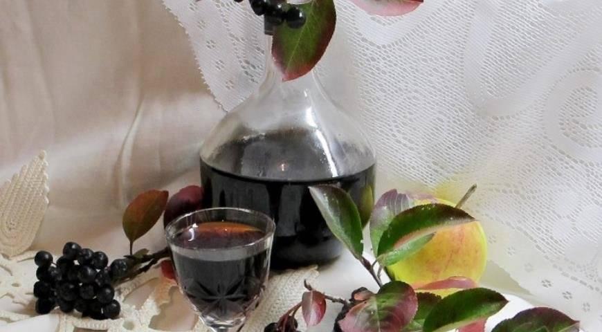 Домашние ликеры из черноплодной и красной рябины
