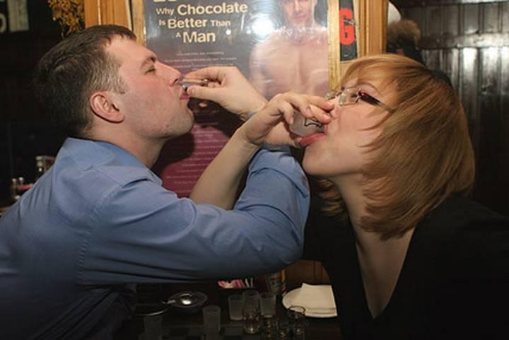 Мужчина предлагает выпить на брудершафт женщине. почему, когда и как правильно пишется слово брудершафт