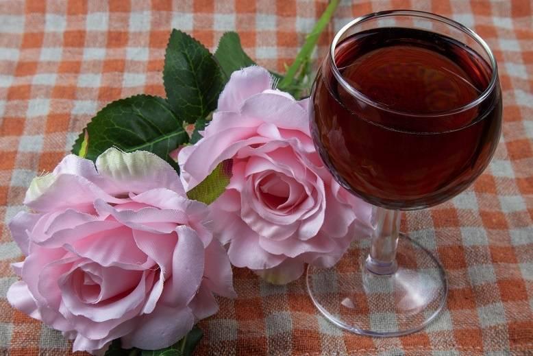 Наливка из розы: 4 рецепта в домашних условиях