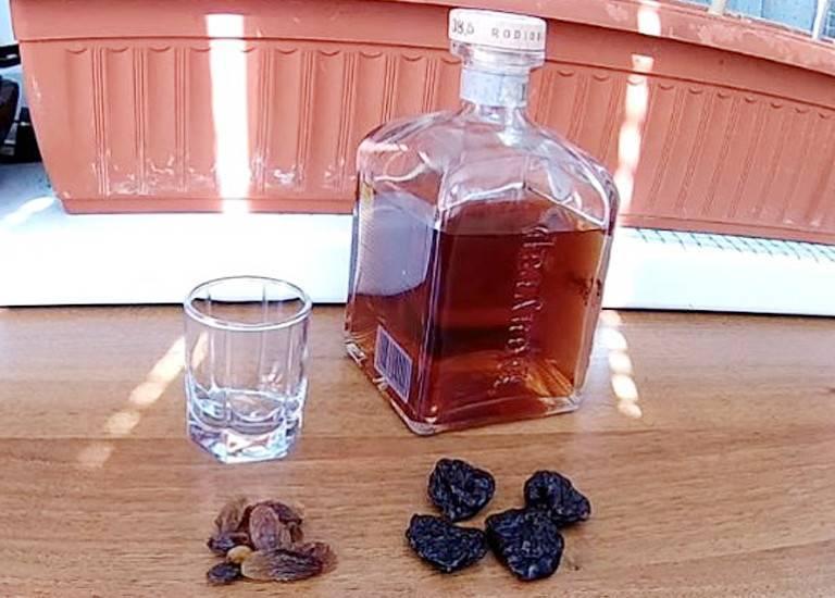 Простая настойка из сухофруктов на водке. настойка водки (спирта, самогона) на кураге