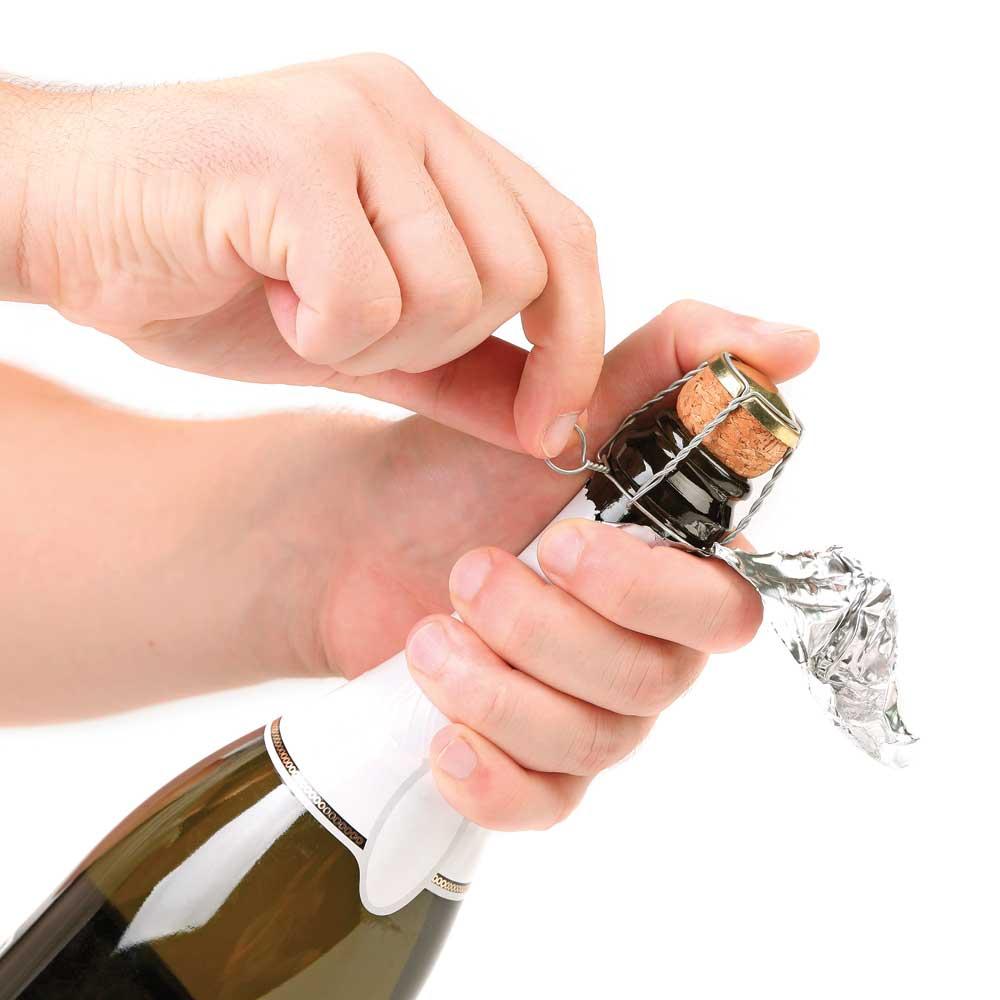 Как открыть шампанское: правильное открытие без штопора девушкой, как тихо открывать бутылку с пластмассовой и деревянной пробкой