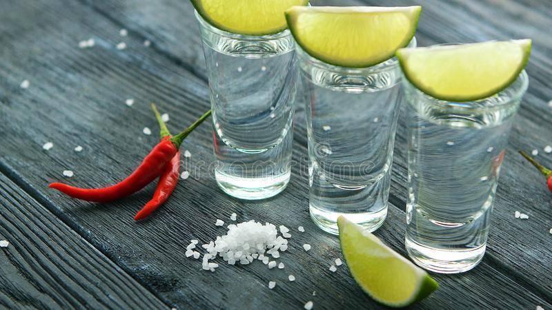 Как правильно пить текилу с солью и ломтиком лайма или лимона и в какой последовательности, чем еще можно ее закусывать кроме этих фруктов и как подавать?