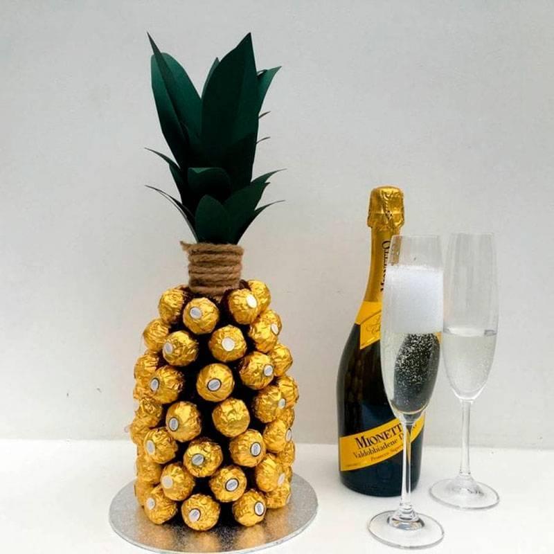 Делаем ананас из конфет и шампанского своими руками: 3 мастер-класса по оригинальному оформлению банального подарка на любой вкус
