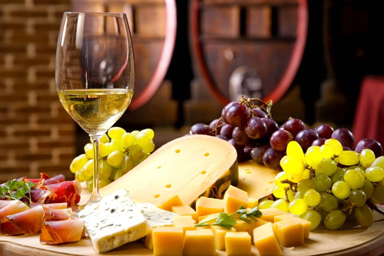 С чем пить вино и как закусывать