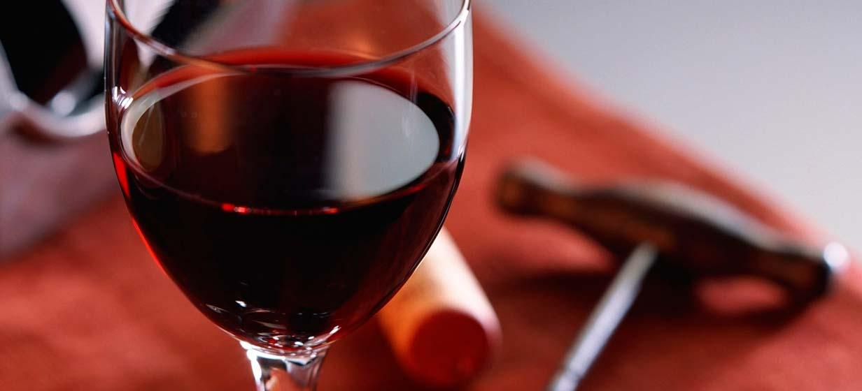 Красное вино повышает артериальное давление или понижает?
