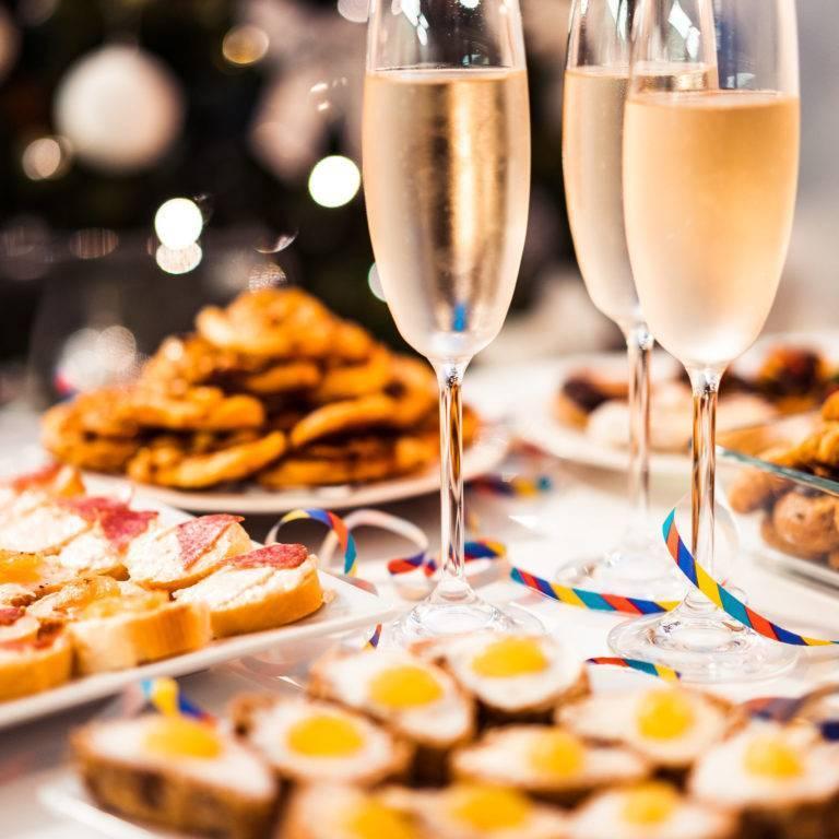 Закуска к шампанскому — как подобрать по уровню сладости напитка