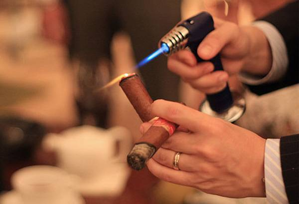 Как правильно курить : как держать сигарету и как прикуривать