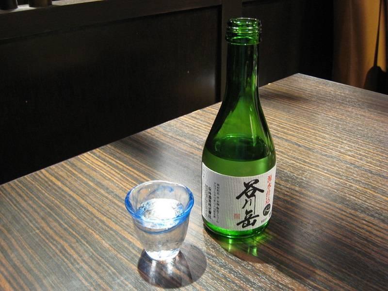 Кампай, товарищи! как пьет саке хороший гайкокудзин.