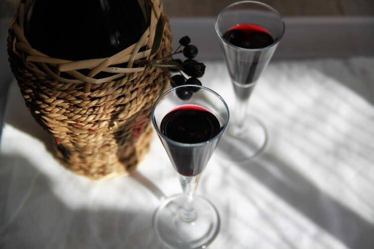 Ликер из рябины: черноплодной и красной, рецепты в домашних условиях