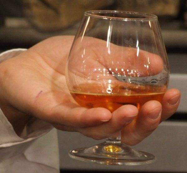 Как правильно пить коньяк по этикету — с чем, из каких бокалов и чем закусывать: культура распития коньяка. коньяк пьют: с каким соком, теплым или холодным? сколько можно пить коньяка?