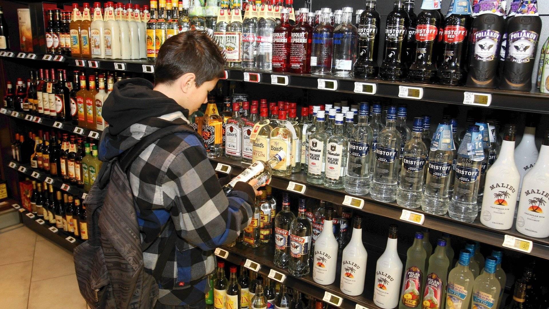 Со скольки лет можно пить алкоголь: с какого возраста допустимо употреблять безалкогольное пиво, вино, водку, коньяк по закону в россии