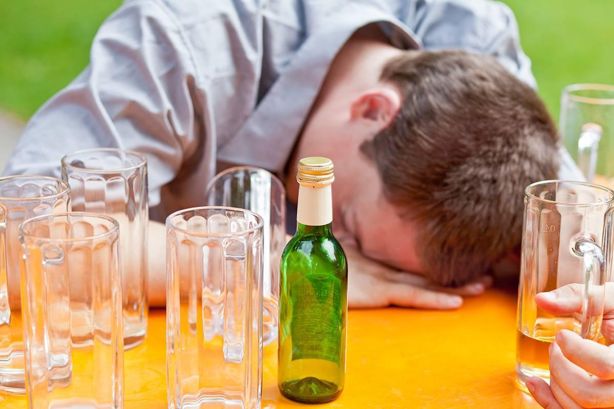 Человек ушел запой: как и почему алкоголики уходят в запой
