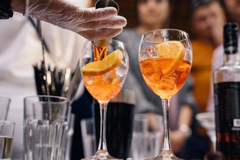 Коктейль апероль шприц: история возникновения напитка. вариации коктейля: коктейль «aperol flip», «апероль бетти», «бумажный самолетик», «дескансо»