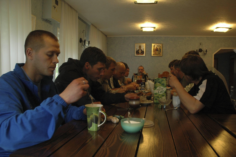 Лечение от алкоголизма в монастыре с проживанием: таблица с учреждениями