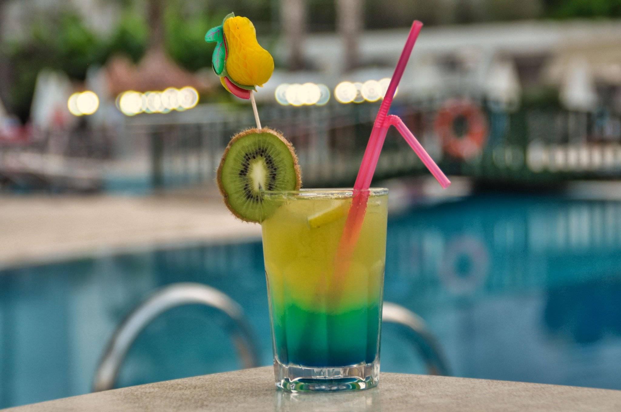 Необычно красивый и вкусный коктейль радуга
