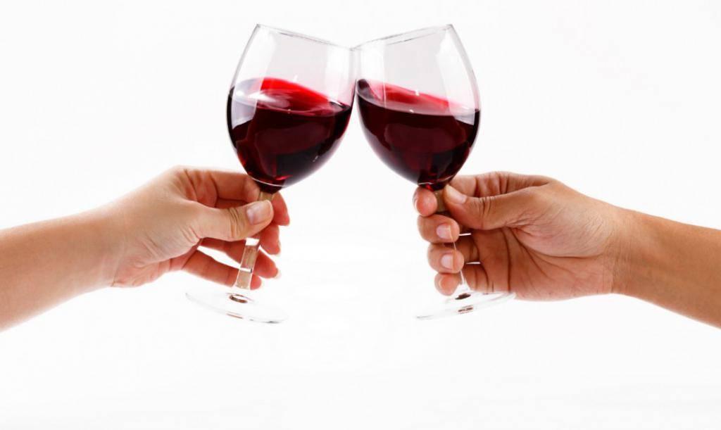 Девушки должны чокнуться бокалами с мужчинами перед тем, как выпить: как появилась эта традиция