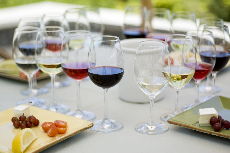 Чем закусывают красное вино: лучшие варианты для настоящих ценителей