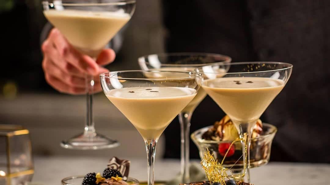 С чем вкусно пить ликер бейлиз в домашних условиях — как правильно и из каких бокалов
