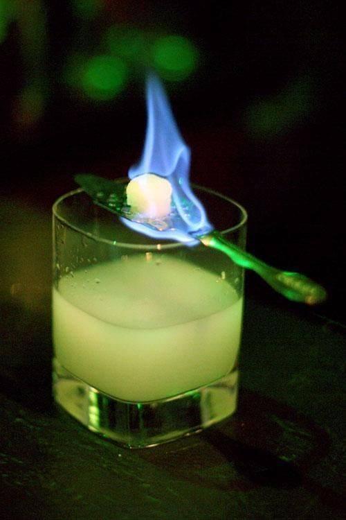 Зачем поджигают абсент и как это правильно делать. огненные коктейли – опасное лакомство