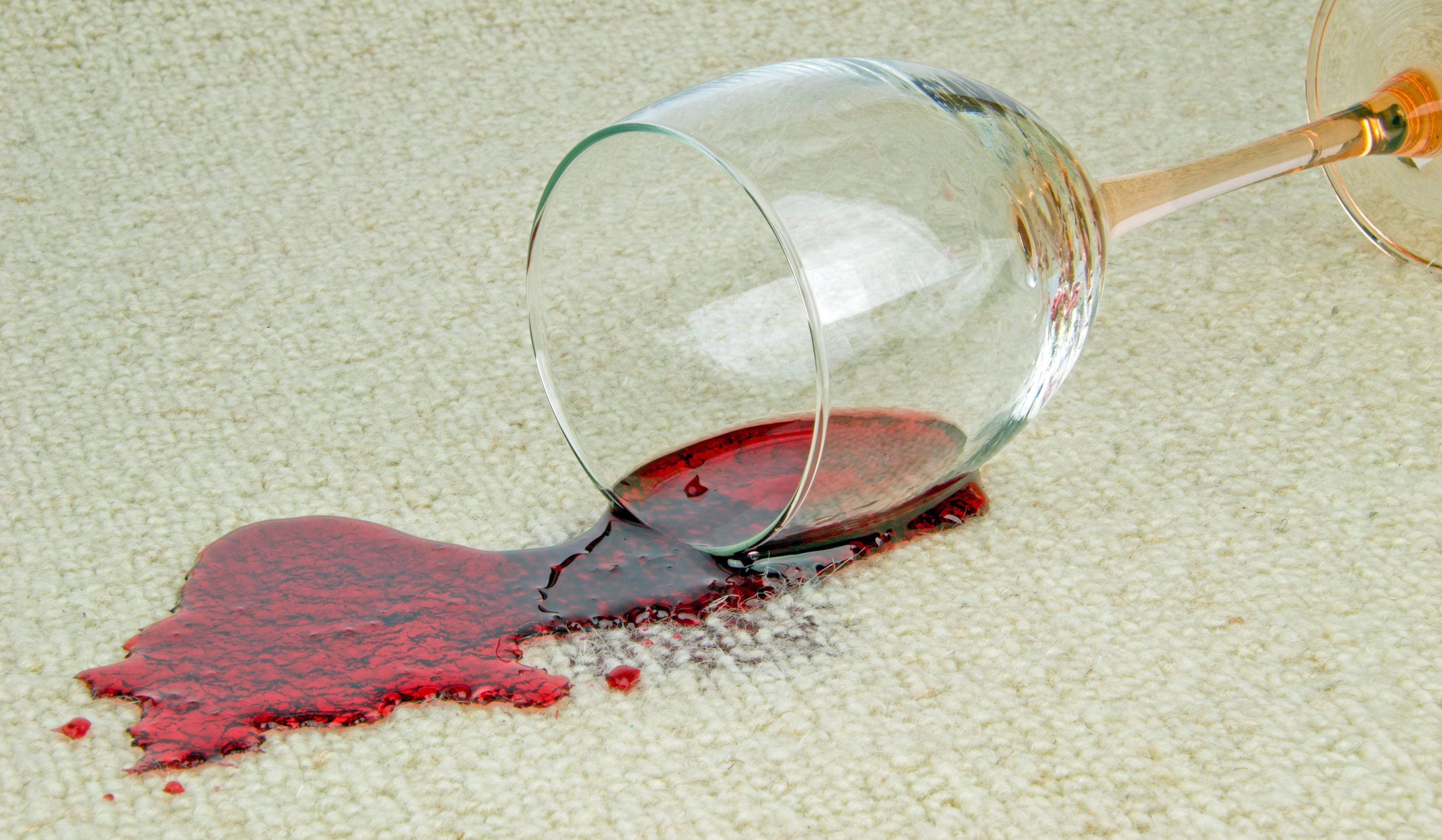 Как отстирать красное вино на одежде: народные и химические способы удаления красных винных пятен