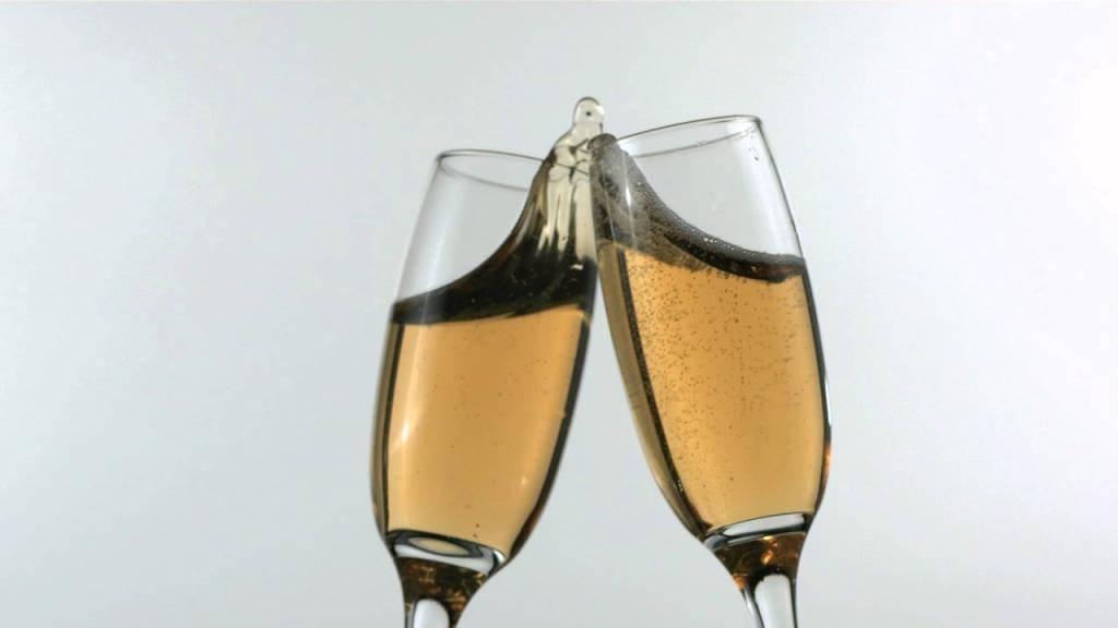 Почему люди на самом деле чокаются бокалами перед тем, как выпить