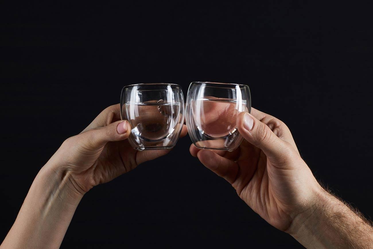 Традиция чокаться бокалами, почему возникла и как ее правильно соблюдать