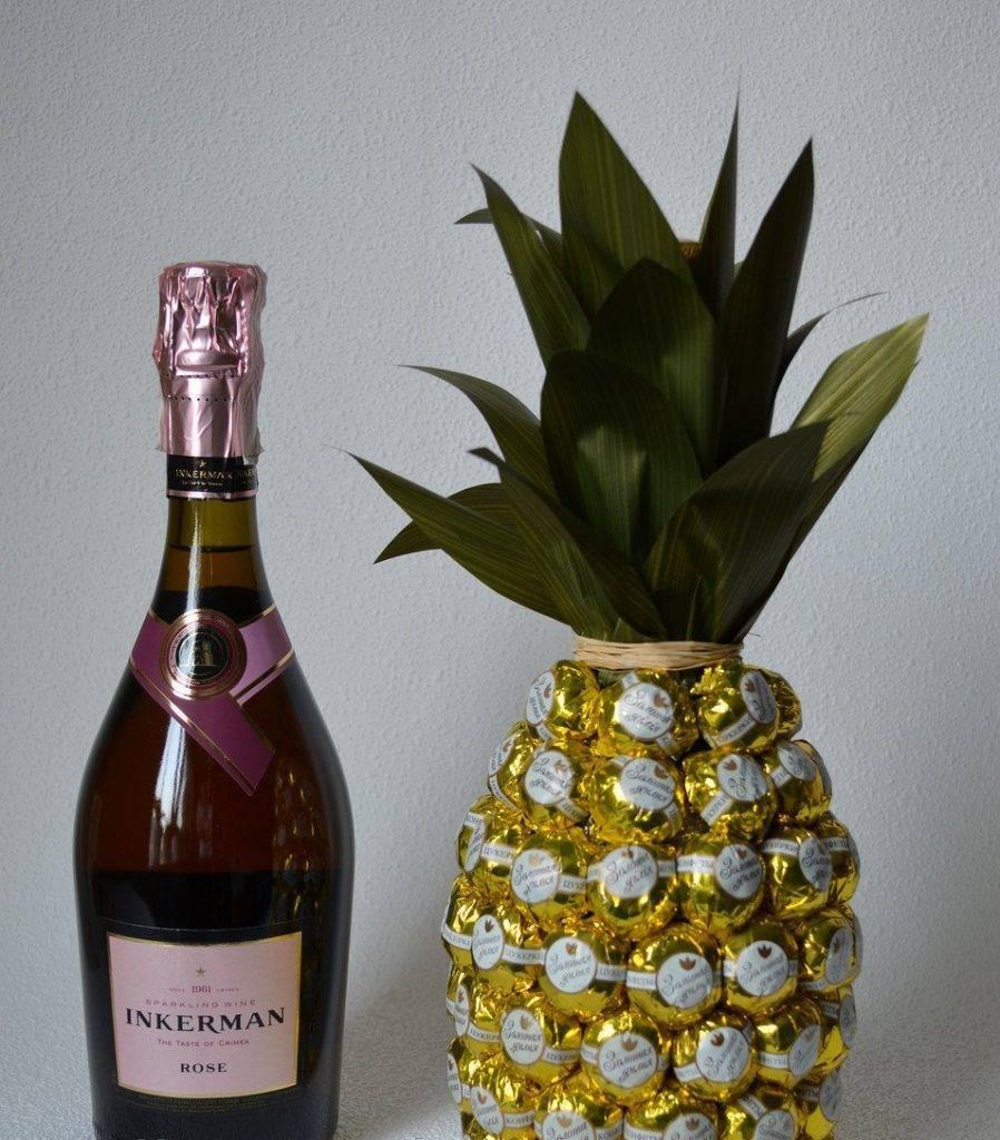 Ананас из конфет и шампанского своими руками для подарка к празднику