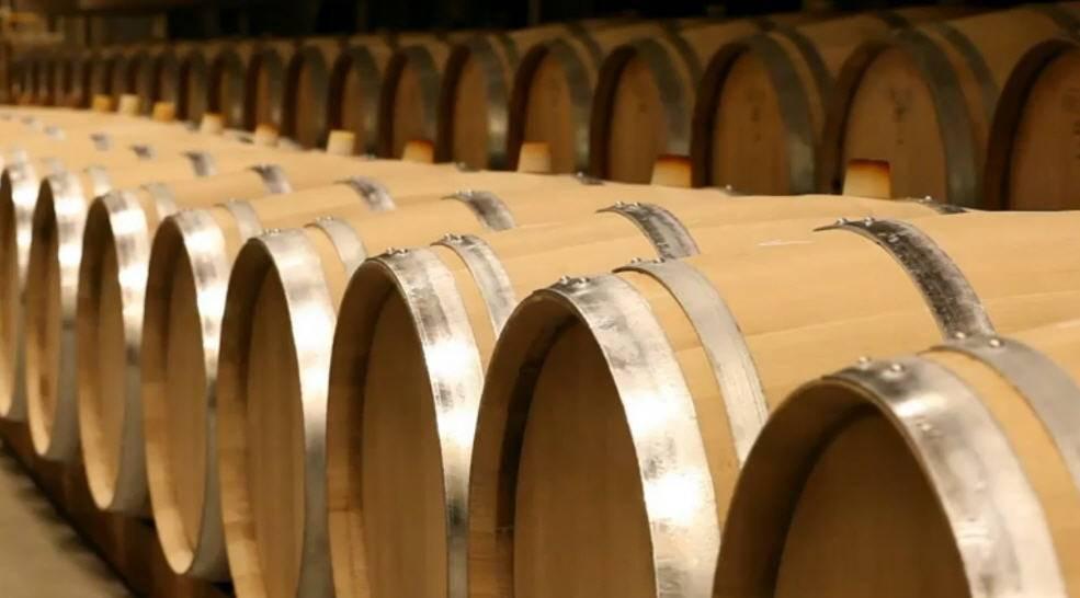 Подготовка дубовой бочки для изготовления восхитительных спиртных напитков