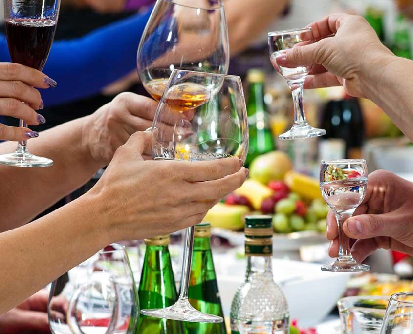 Как пить: как правильно употреблять алкогольные напитки, способы не пьянеть во время застолья
