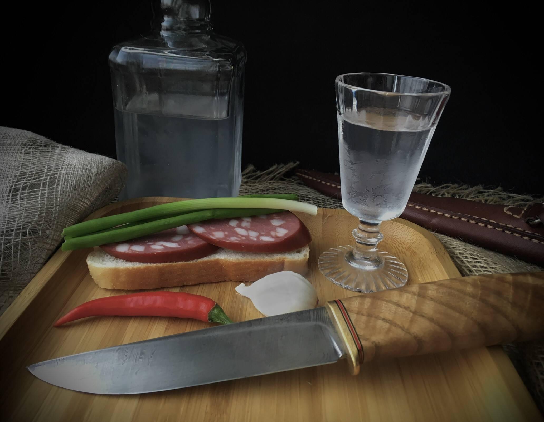 Правильные закуски к водке. чем можно закусывать водку или cекреты приятного застолья   про самогон и другие напитки ?   яндекс дзен