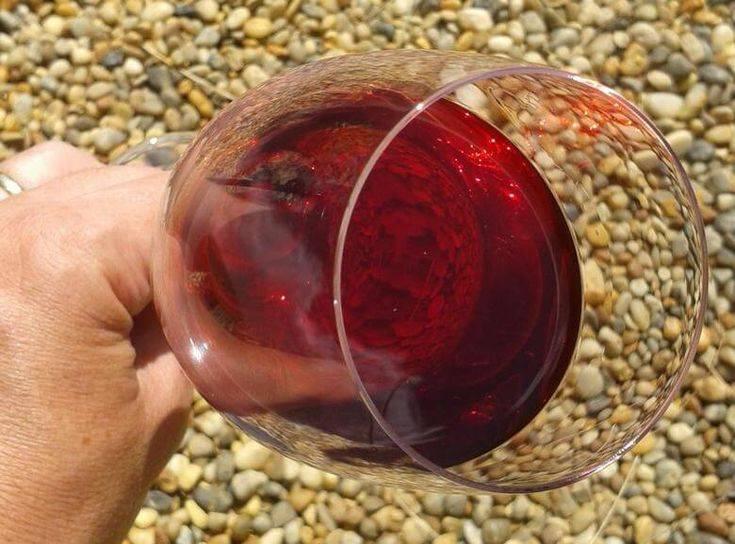 Вишневое вино из ягод с косточками и без них