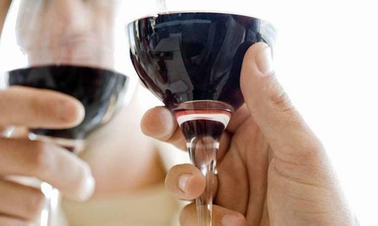 Повышает или понижает вино давление
