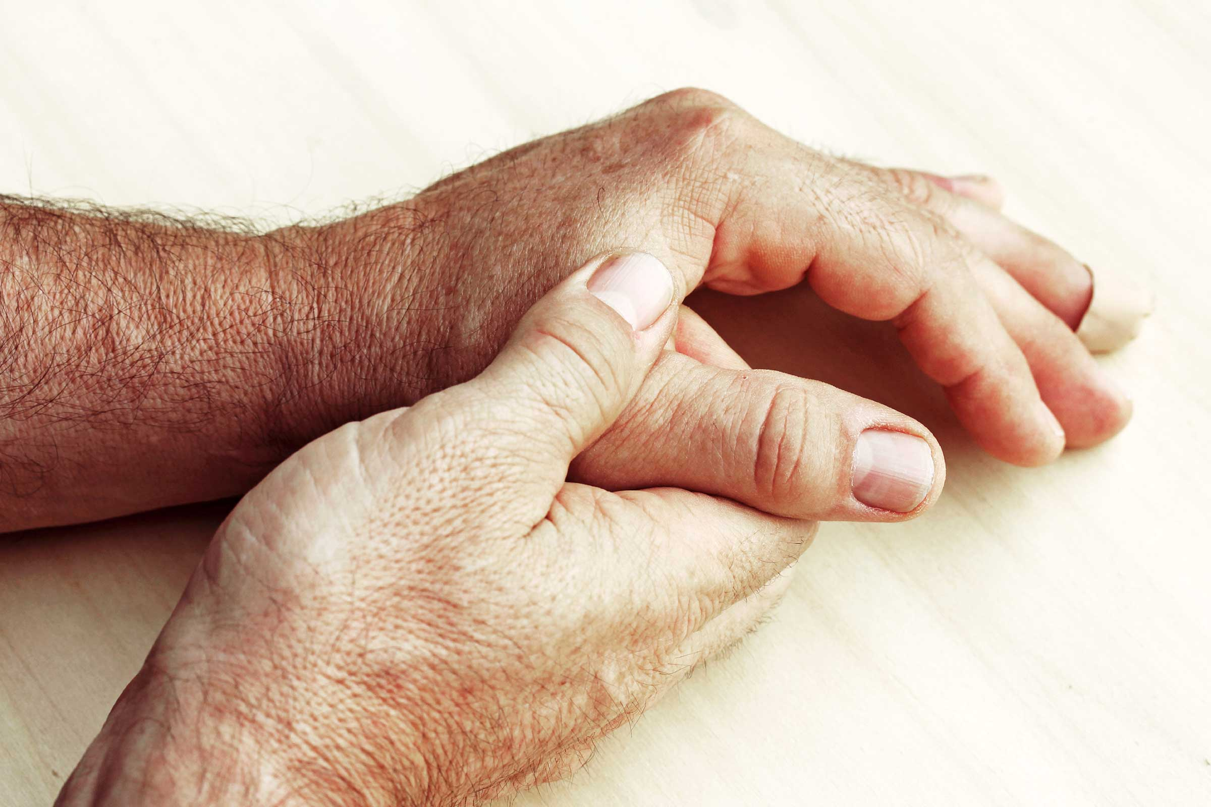 Почему трясутся руки с похмелья. что делать, если трясет с похмелья.