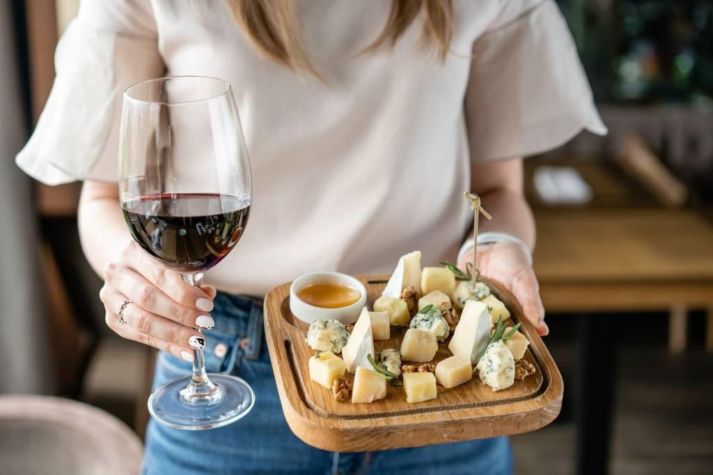 Почему ценители вина считают, что сыр – плохая закуска