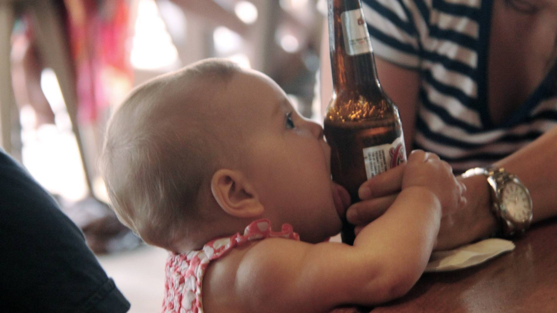 Ребенок пьет алкоголь: пиво, вино, что делать?