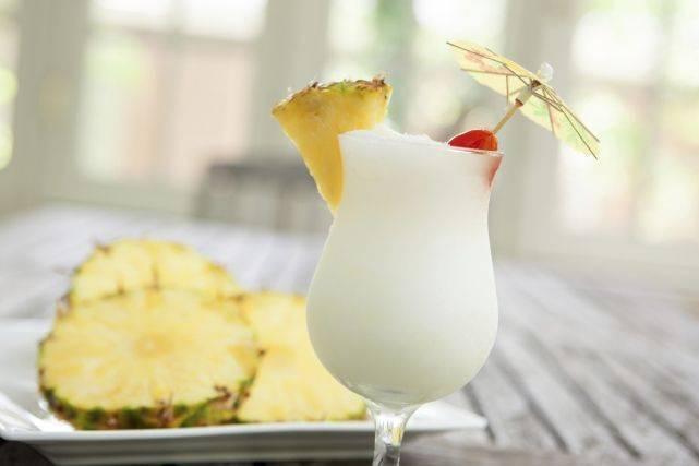 Коктейль пина колада со свежим ананасом