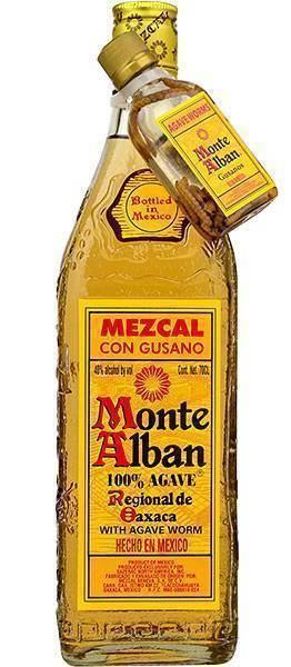 Мескаль: бутылка мексиканской выпивки из агавы с червяком внутри