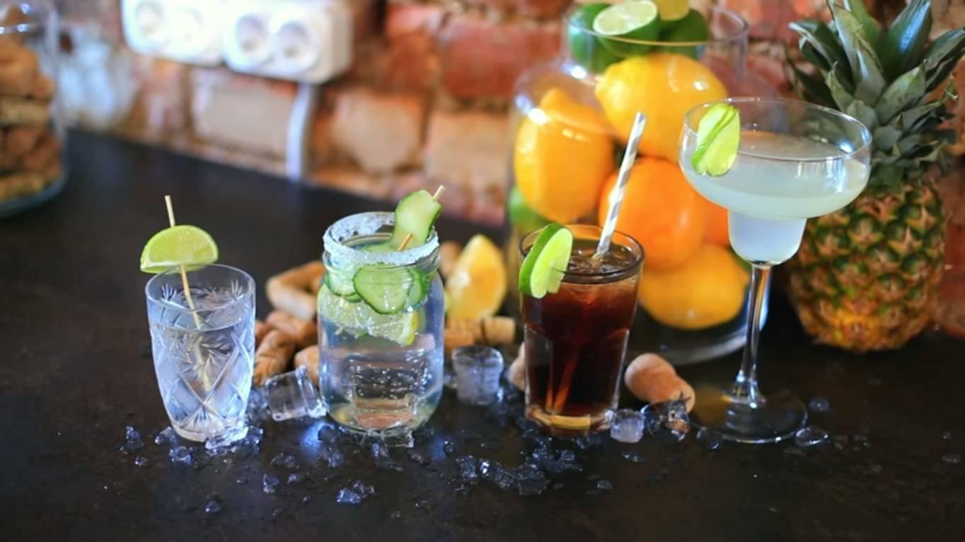 5 алкогольных коктейлей, которые легко сделать дома из того, что есть