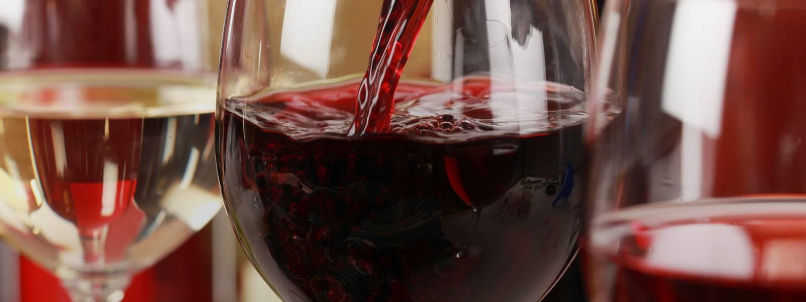 Красное сухое и белое вино: повышают или понижают они давление?