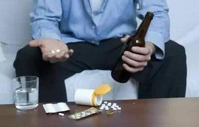 Можно ли после алкоголя пить аспирин. почему нельзя принимать аспирин и пить алкоголь? если единовременно принять оба вещества либо сразу выпить аспирин после алкоголя, то их совместное влияние многократно усилится, что чревато непредвиденными последствия
