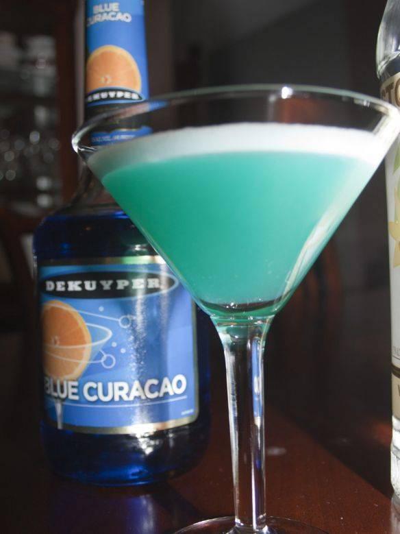 Безалкогольный коктейль с блю кюрасао