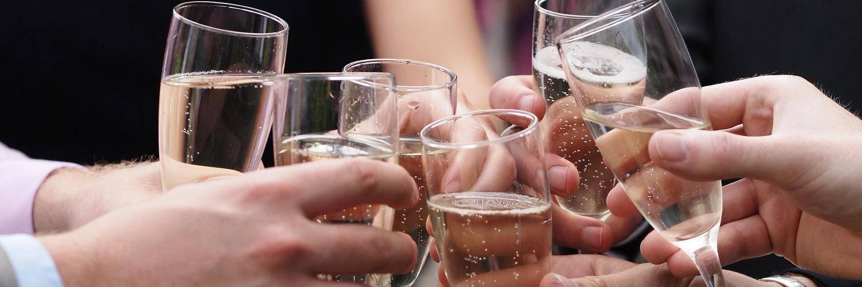 Чокаться бокалами иподнимать тосты: откуда пошла традиция?