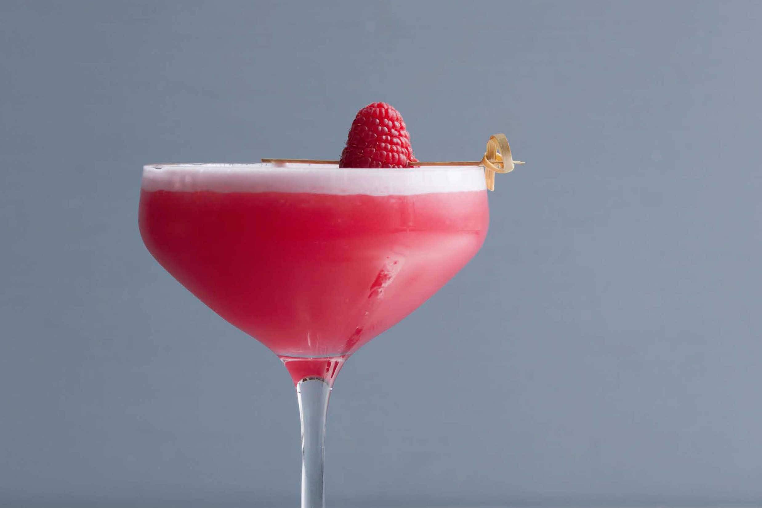 Бокальчик на удачу: классический коктейль кловер клаб (clover club)