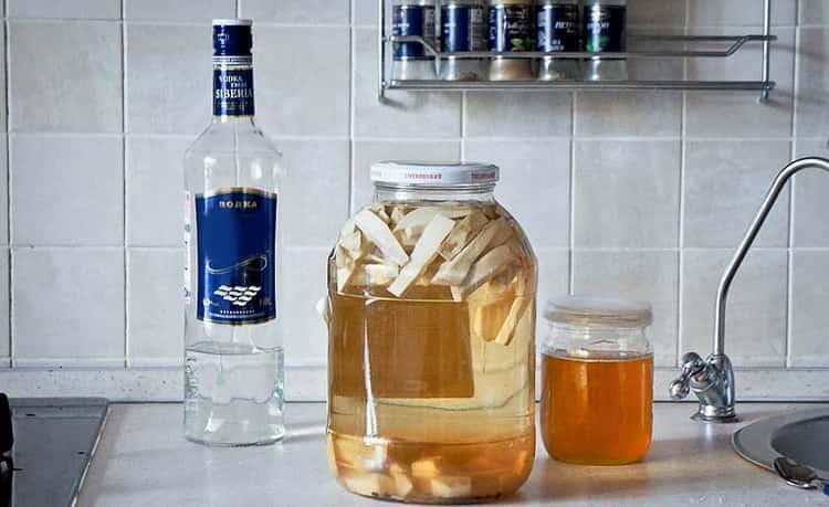 Водка с медом от простуды: рецепты, польза, противопоказания