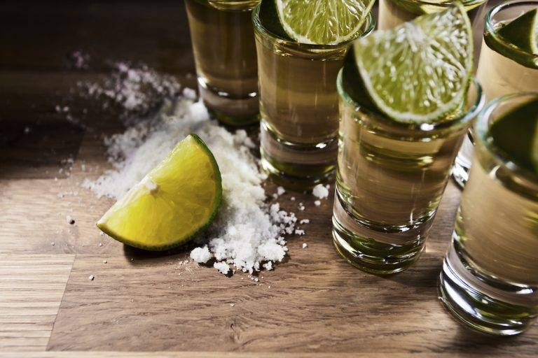 Как правильно пить текилу: лучшие способы с солью и лимоном