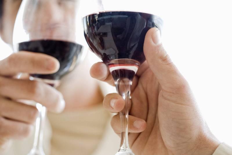 Алкоголь повышает или понижает давление: можно ли пить, дозировка, сочетание с лекарствами, скачки после похмелья
