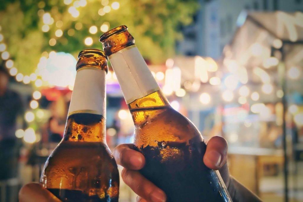 Можно ли пить пиво на улице, до дворе, в кинотеатре, поезде, машине и других общественных местах: что говорит закон