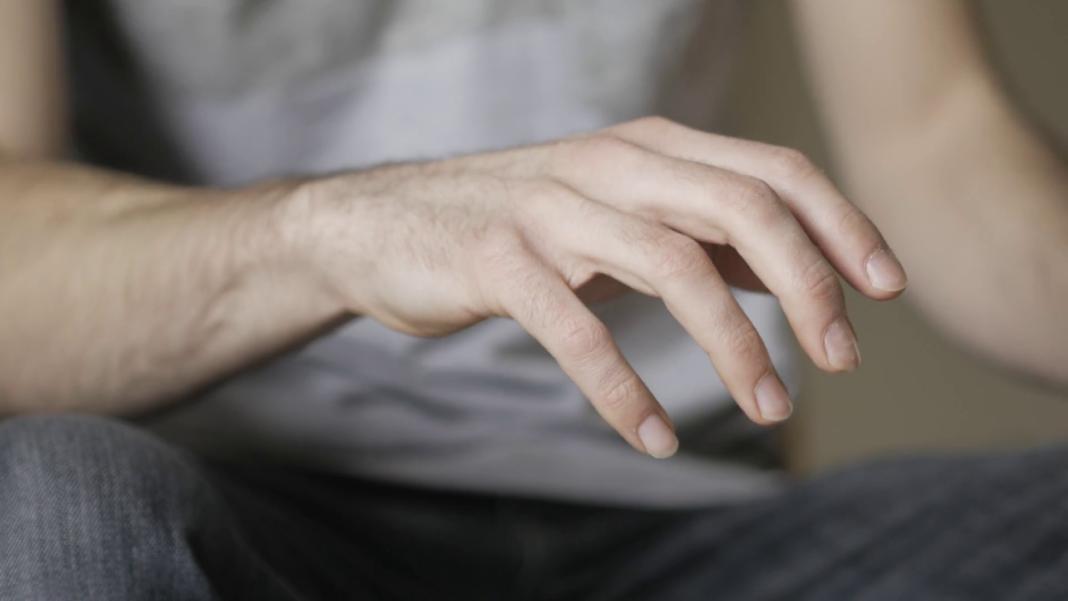 Страшное слово тремор – все причины почему трясутся руки у молодых?